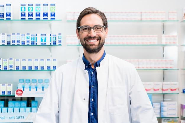 Apothicaire en pharmacie debout sur une étagère avec des médicaments