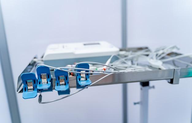 Appareil ecg en gros plan pour le patient à l'hôpital. électrocardiogramme cardiaque. équipement d'électrocardiogramme sur le fond blanc.