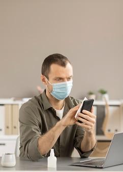 Appareil électronique de désinfection des employés