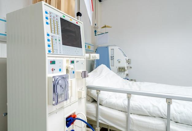 Appareil d'hémodialyse dans une salle d'hôpital.