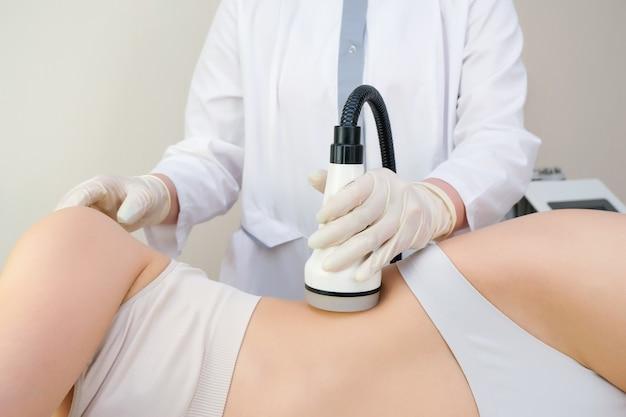 Appareil de massage sous vide du corps contre la cellulite, la combustion et le fractionnement des graisses. concept de soins de la peau, peau lisse