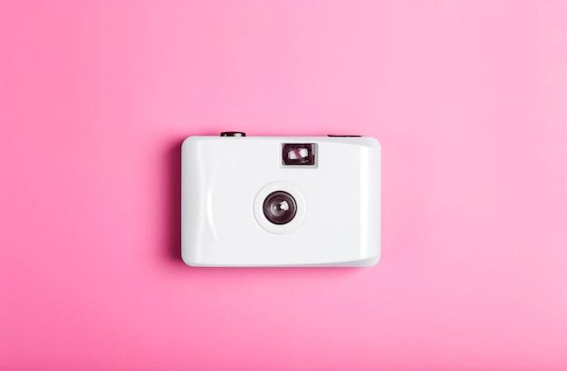 Appareil photo argentique sur un fond minimal de couleur. photographie, concept de mode de vie. photo de haute qualité