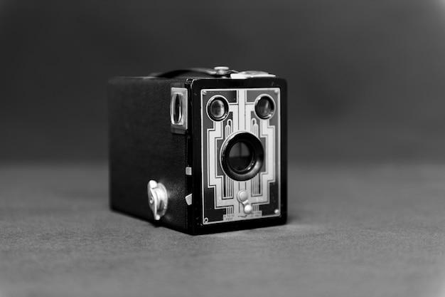Appareil photo boîte antique sur table grise