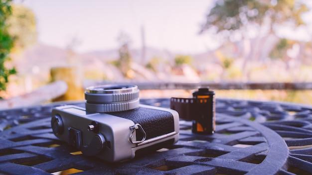 Appareil photo classique vintage et support de rouleau de film dans la nature verte