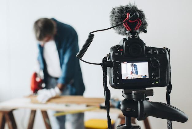 Appareil photo enregistrant une vidéo pour un blogueur de bricolage