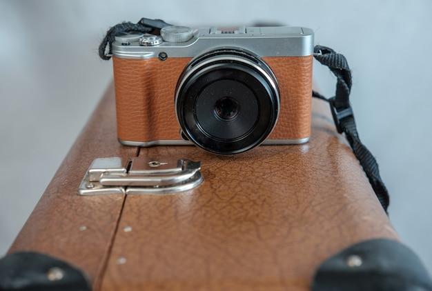 L'appareil photo marron sur la vieille valise marron