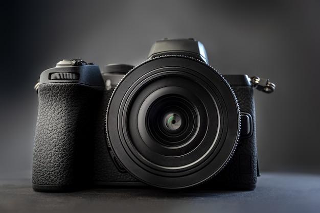 Appareil photo numérique sur fond sombre
