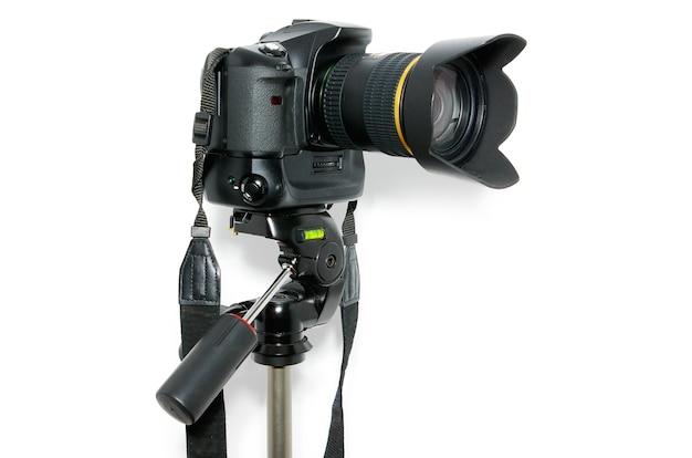 Appareil photo numérique avec objectif, isolé sur blanc