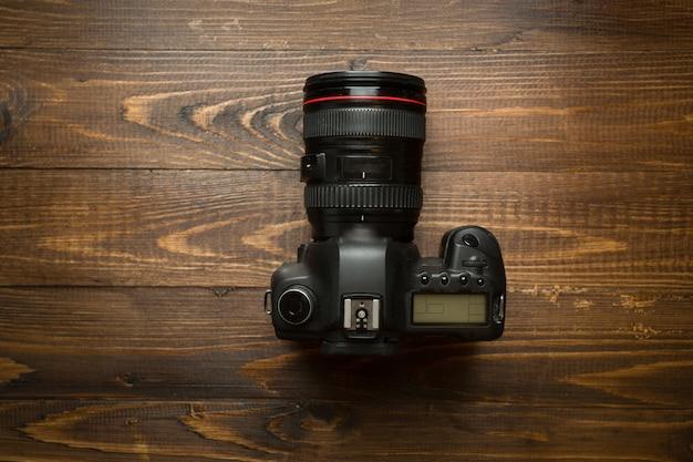 Appareil photo numérique professionnel sur fond de bois foncé