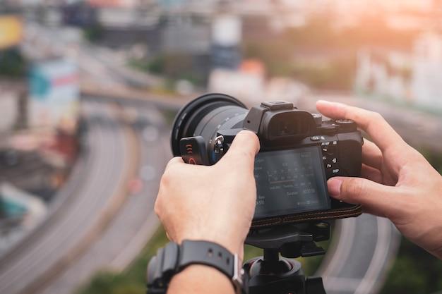 Appareil photo numérique sur trépied avec vue sur la ville