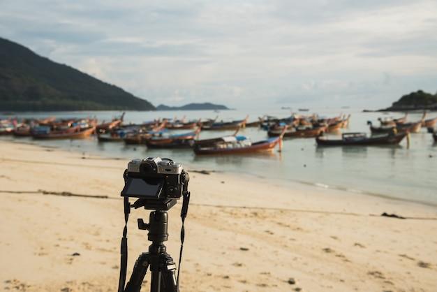 Appareil photo prendre un bateau de pêche sur la plage