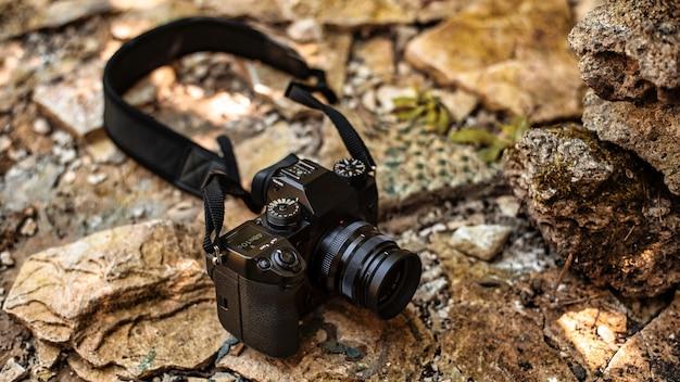 Un appareil photo professionnel allongé sur les rochers dans la nature