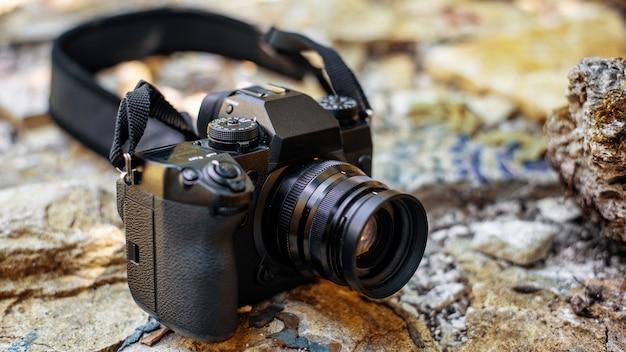 Un appareil photo professionnel sur les rochers