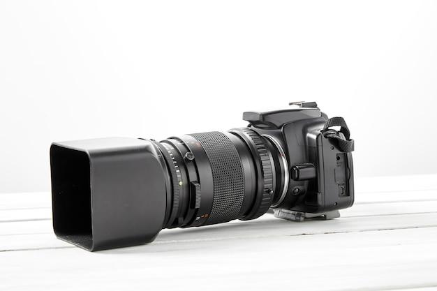 Appareil photo reflex noir avec téléobjectif