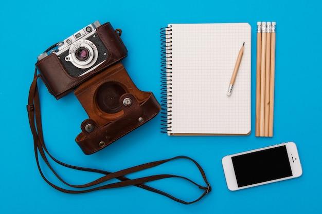 Appareil photo rétro et bloc-notes