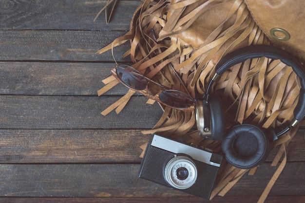 Appareil photo rétro avec un casque sur bois top wiev