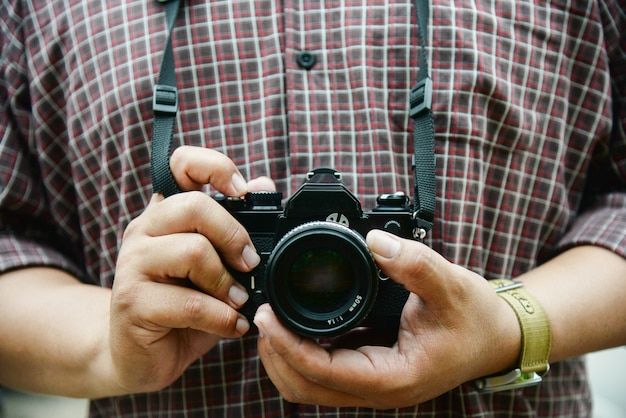Appareil photo rétro dans le concept de ton vintage main photographe