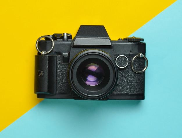Appareil photo rétro, plat, vue de dessus, tendance minimaliste.