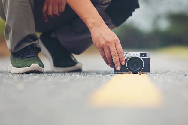 Appareil photo sur la route avec fond de photographe