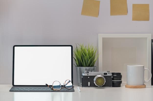 Appareil photo vintage de bureau élégant, tablette écran vide et gadget