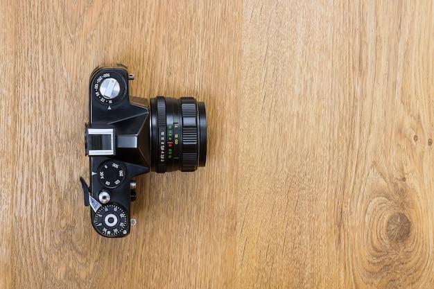 Appareil photo vintage sur un fond en bois avec espace de copie