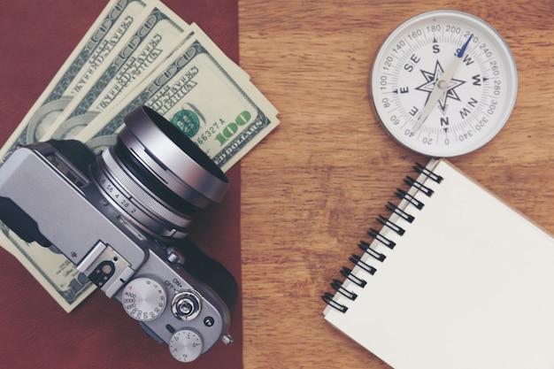 Appareil photo vintage avec note de papier sur une table en bois