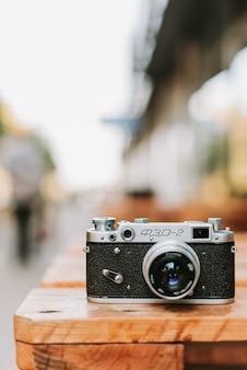 Appareil photo vintage sur une surface en bois