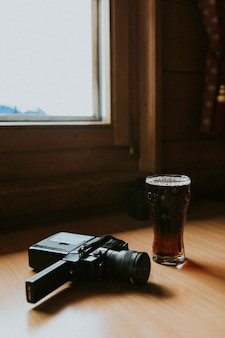 Appareil photo vintage et un verre de stout sec