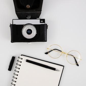 Appareil photo vintage vue de dessus avec un bloc-notes