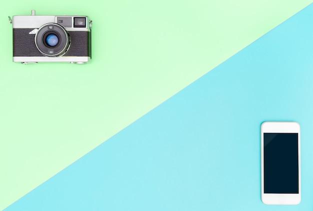 Appareil photo vs smartphone avec espace de copie vert et bleu