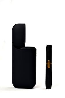 Un appareil pour chauffer le tabac. cigarette électronique sur fond blanc