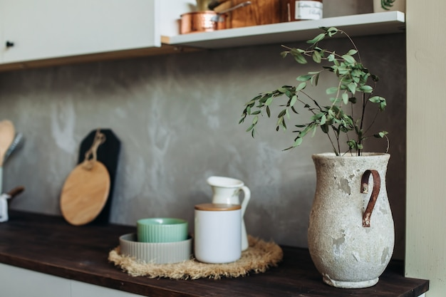 Appareils de cuisine.métal et bois. fourchette, cuillère et spatule sur un dessus de table en bois, contre un mur texturé gris. cuisine encore la vie pour cuisiner. une copie de l'espace.