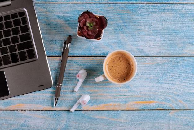 Appareils électroniques sur ordinateur portable, tablette avec casque sans fil et tasse de café