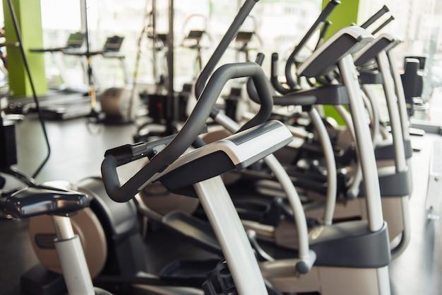 Appareils d'exercice elliptiques dans la salle de gym. fitness, concept de mode de vie sain.