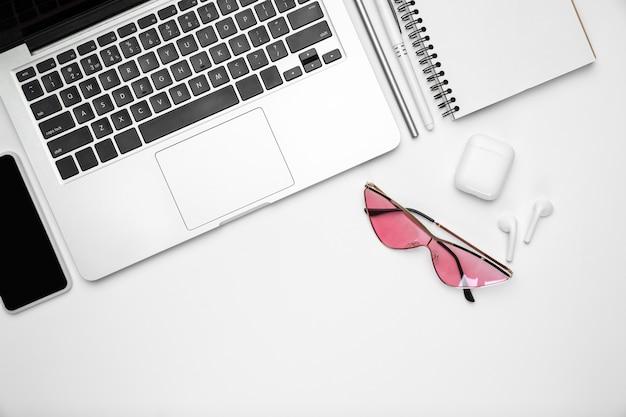 Appareils, lunettes. mise à plat, maquette. espace de travail féminin de bureau à domicile, copyspace. lieu de travail inspirant pour la productivité. concept d'entreprise, mode, freelance, finance, œuvres d'art couleurs pastel à la mode
