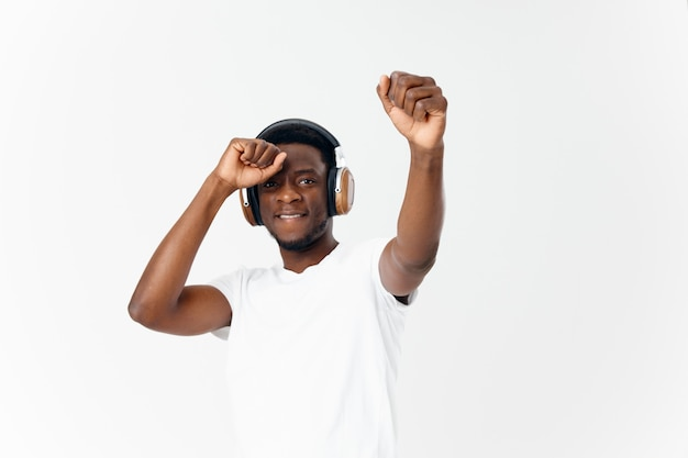 Apparence africaine d'homme dans le divertissement d'émotions de musique d'écouteurs