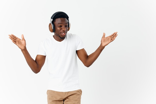 Apparence africaine d'homme gai dans le divertissement d'émotions de musique d'écouteurs