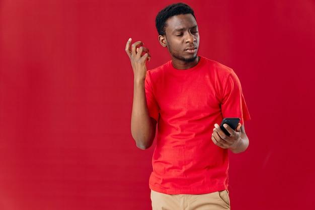 Apparence africaine d'homme avec le téléphone dans le fond isolé de communication de technologie de mains