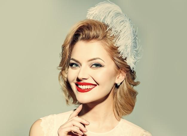 D'apparence ancienne. femme rétro. fille blonde sensuelle avec un maquillage élégant, pin-up. beauté, mode, cosmétiques, style vintage.