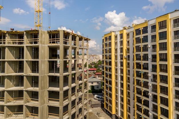 Appartement ou bureau élevé en béton en construction.