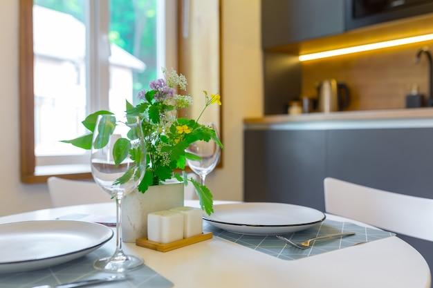 Appartement chambre de style loft avec de beaux meubles salon combiné avec cuisine