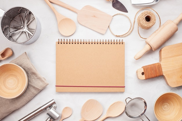 Appartement poser avec les ustensiles de cuisine et espace de copie vierge. livres de recettes de cuisine, blogs de cuisine, concept de cours