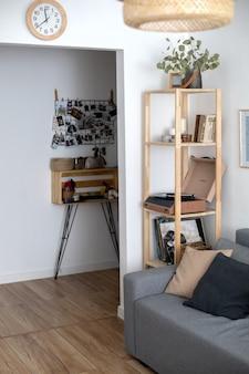 Appartement de salon confortable avec des détails d'élégance de décoration de meubles hygge