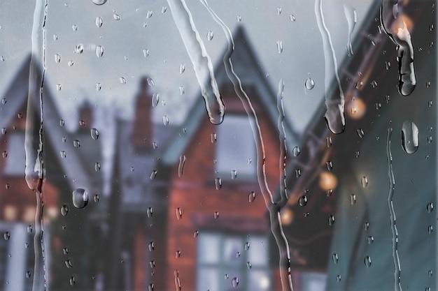 Appartements anglais vue à travers la fenêtre avec des gouttes de pluie