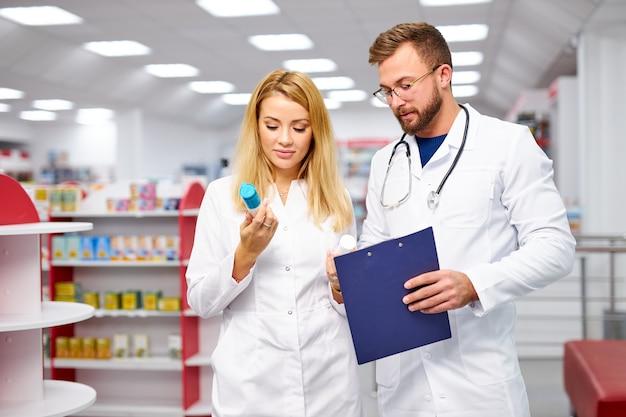 Appel de deux pharmaciens caucasiens communiquant