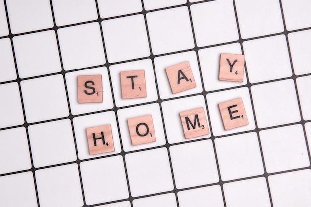 Appel à rester à la maison pendant une épidémie de coronavirus pour se protéger contre le virus