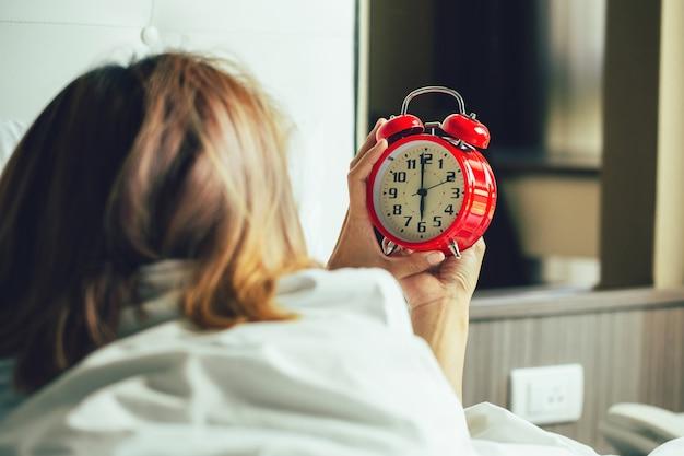 Appel de réveil femme se réveillant et éteignant le réveil pour passer une bonne journée