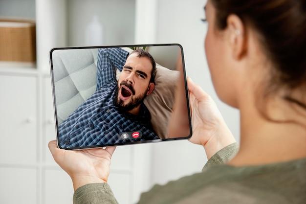 Appel vidéo avec un ami sur tablette