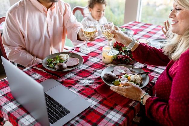 Appel vidéo du dîner de noël dans la nouvelle normalité