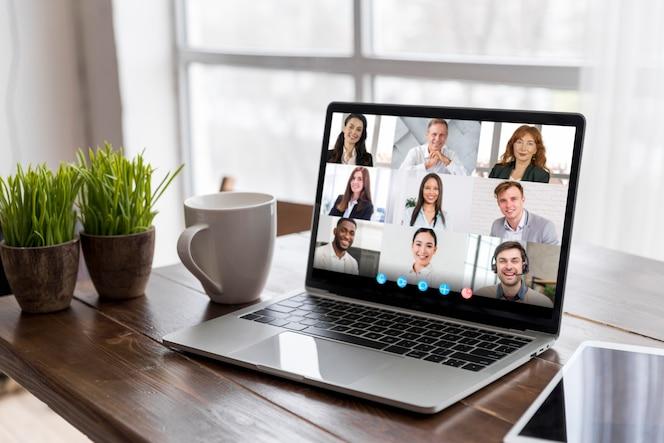 Appel vidéo d'entreprise sur ordinateur portable